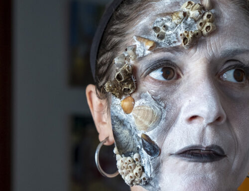 Maquillaje corporal con material reutilizado
